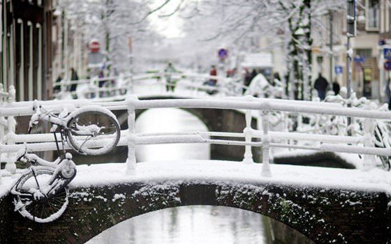 21507_fullimage_winter_in_amsterdam_canals_560x350